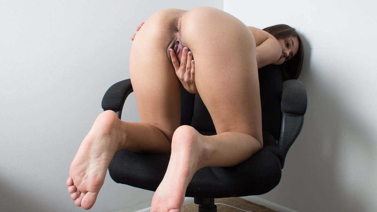Alexis Shows Her Holes and Soles (Pictures)